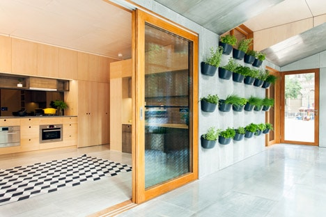 Maceteros colgantes en casa pequeña ecológica
