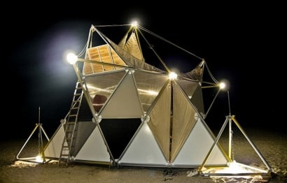 Pequeña casa para acampar por la noche