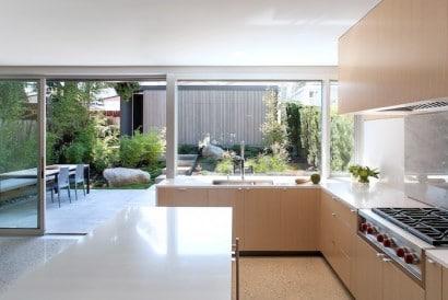 Vista de cocina y jardín de casa moderna