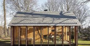 Cabaña moderna con las persianas abiertas