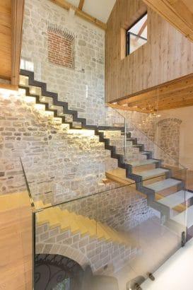 Decoración de interiores de piedra y madera