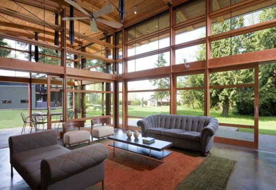 Diseño de amplia sala de casa de madera