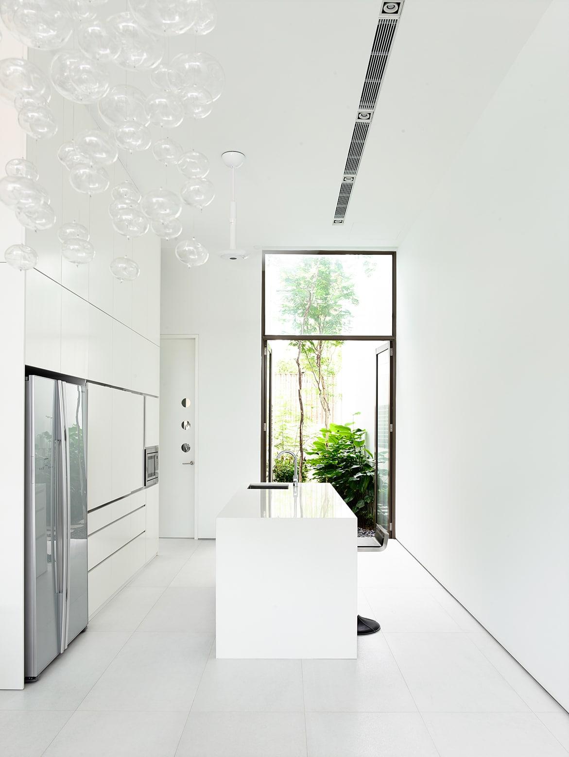Planos de casa angosta y larga tres pisos construye hogar for Pisos blancos minimalistas