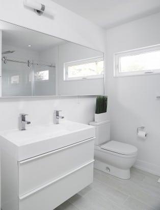 Diseño de cuarto de baño de color blanco