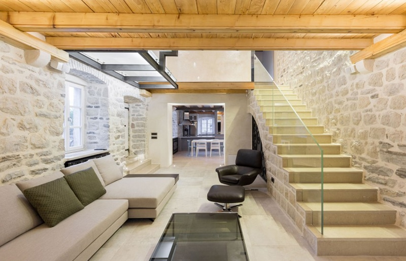 Sala De Estar Rustico Moderno ~  de piedra, construcción de tres pisos combina lo antiguo y moderno