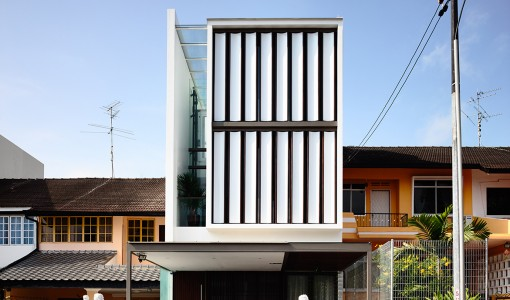 Fachada de casa moderna de tres pisos angosta