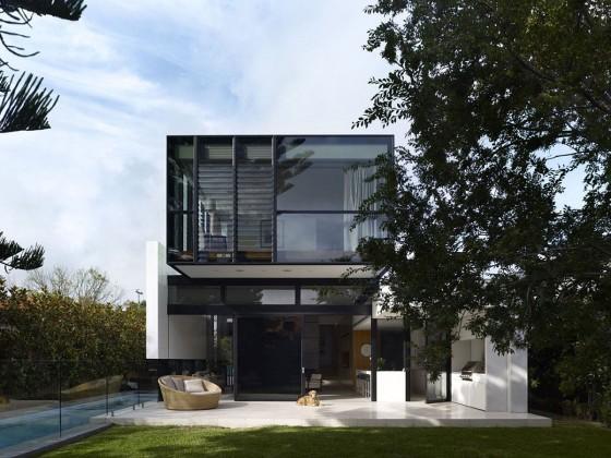 Fachada de moderna casa de dos pisos con grandes ventanas