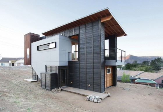 Fachada  de cabaña moderna construida de madera