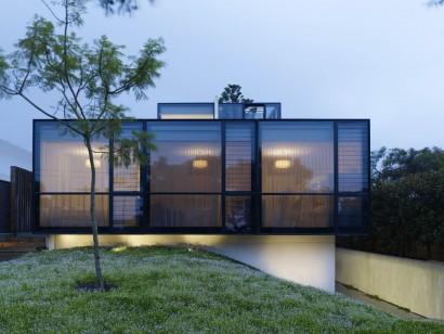 Moderna fachada de casa con grandes ventanas