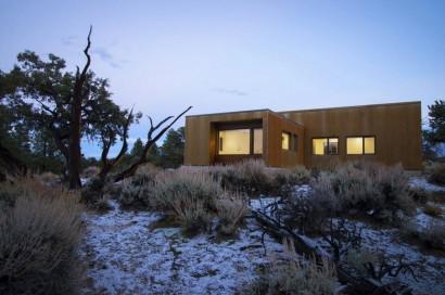 Vista nocturna de casa de campo moderna