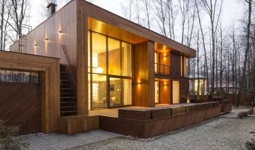 Casas de madera de dos pisos ubicada en el campo