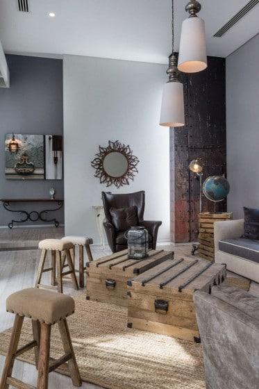 Decoración de interiores rústico con madera y cuero