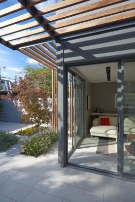 Detalles constructivos de madera y metal en fachadas modernas