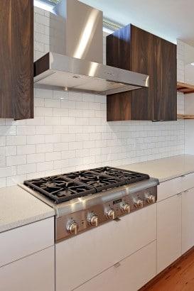 Diseño de cocina con azulejos blancos rectangulares