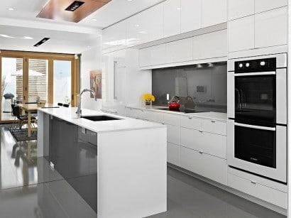 Diseño de cocina con isla de color blanco