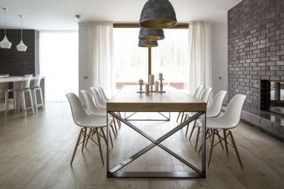 Diseño de comedor con sillas blancas de casa de campo