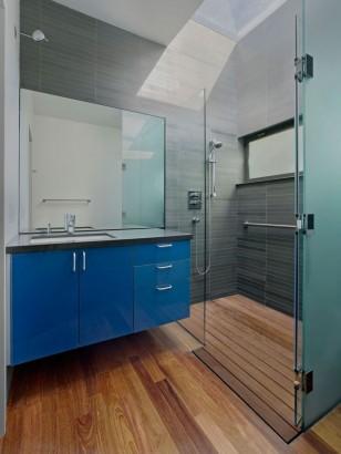 Diseño de cuarto de baño azul y cerámicas gris
