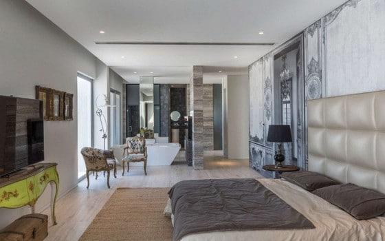 Diseño de dormitorio principal con tina y cuarto de baño