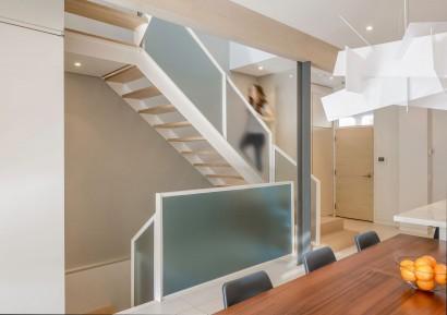 Diseño de escaleras modernas de madera y vidrio