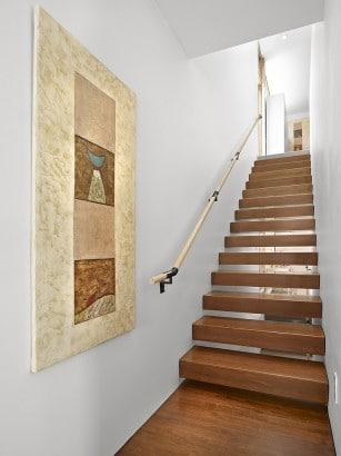 Diseño de escaleras peldaños de madera entres dos paredes