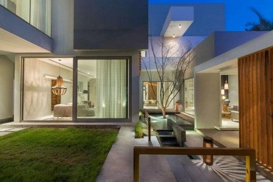 Diseño de terraza y jardín exteriores de casa  moderna
