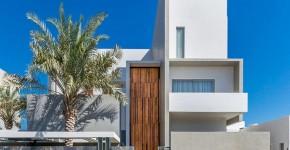 Fachada de casa moderna de tres pisos