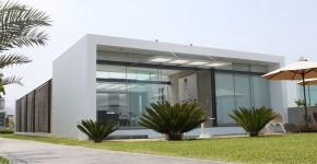 Fachada de casa moderna de un piso para playa