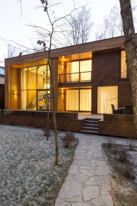 Moderna fachada de casa de madera ubicada en el campo