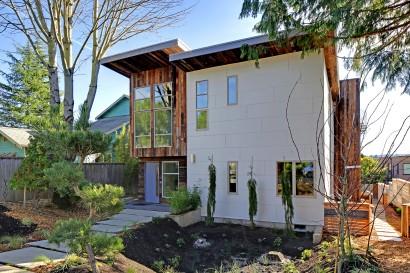 Vista de la moderna fachada de casa ecológica