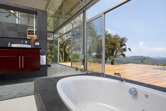 Diseño de cuarto de baño con vista al paisaje exterior