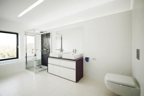 Cuarto de baño moderno y amplio