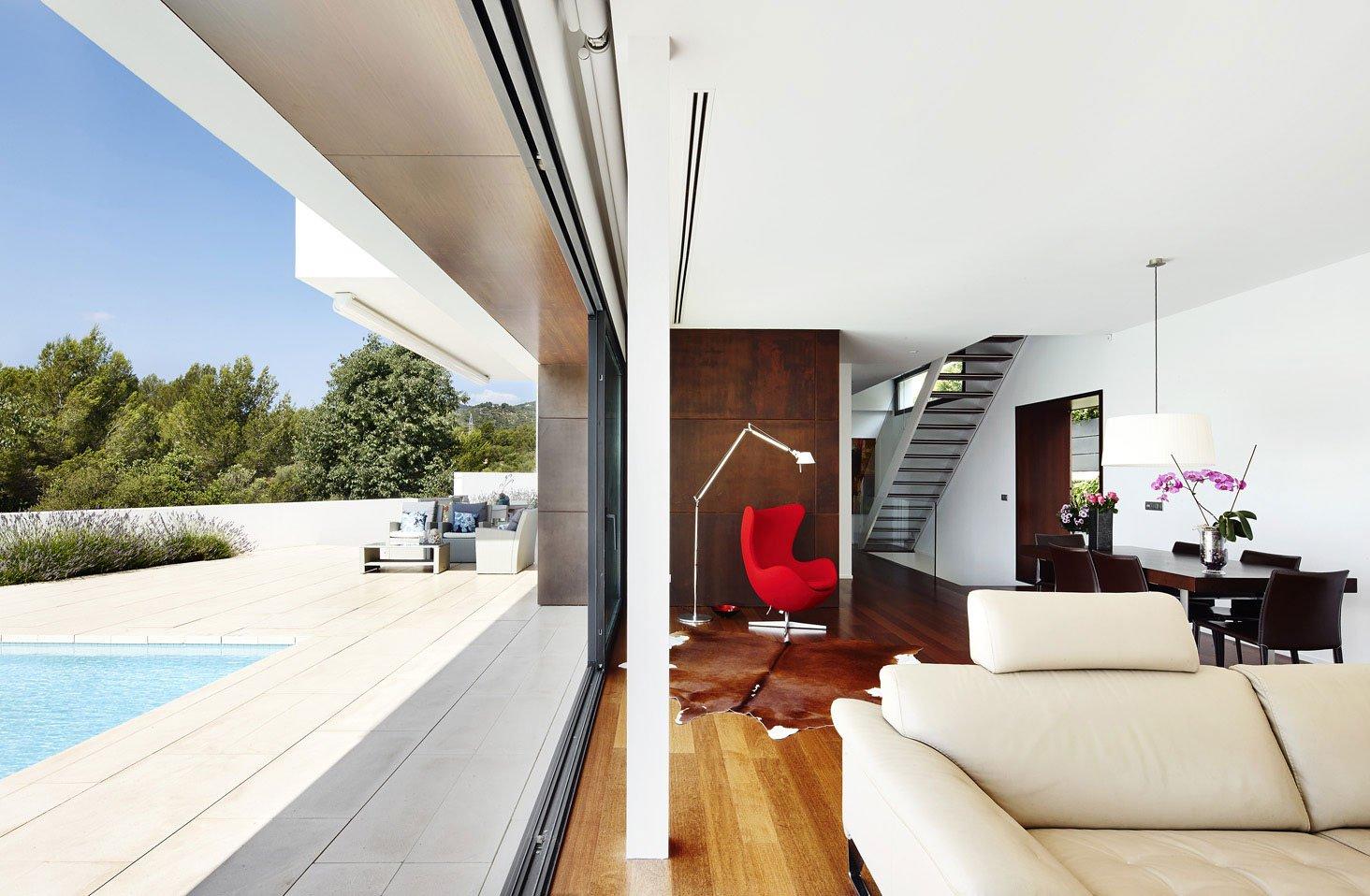 Dise o de casa con piscina de dos pisos construye hogar for Interior y exterior