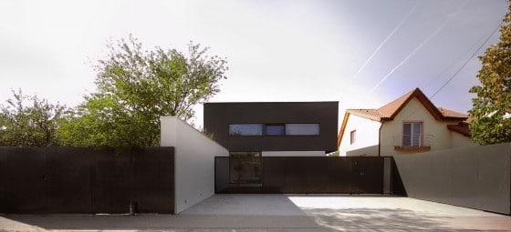 Diseño de  casa moderna de dos pisos con cerco