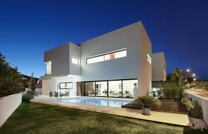 Diseño de casa moderna de dos pisos con piscina