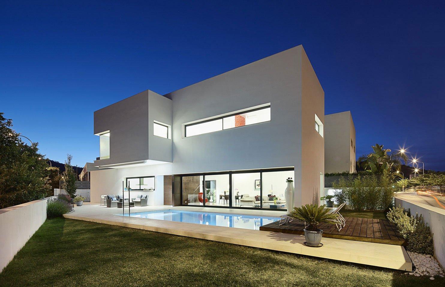 Dise o de casa con piscina de dos pisos construye hogar for Diseno de piletas modernas