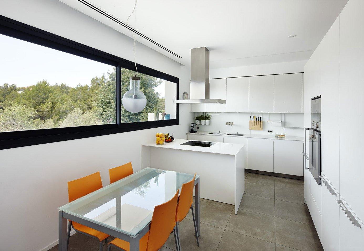 Dise o de casa con piscina de dos pisos construye hogar for Disenos de cocinas comedor modernas