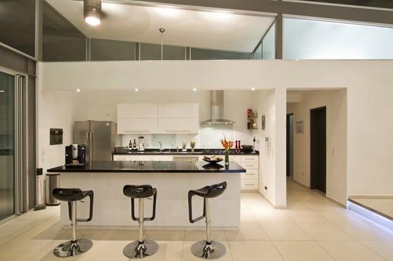Diseño de cocina moderna con isla en color blanco y negro