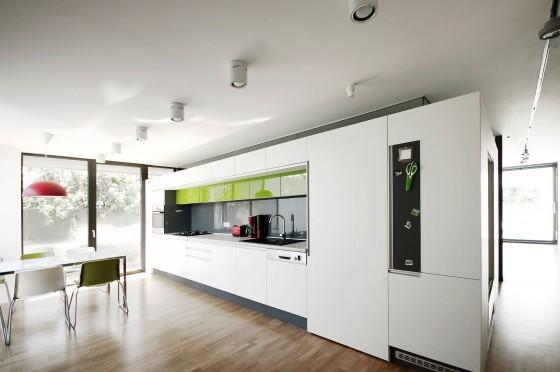 Diseño de cocina moderna en color blanco con verde