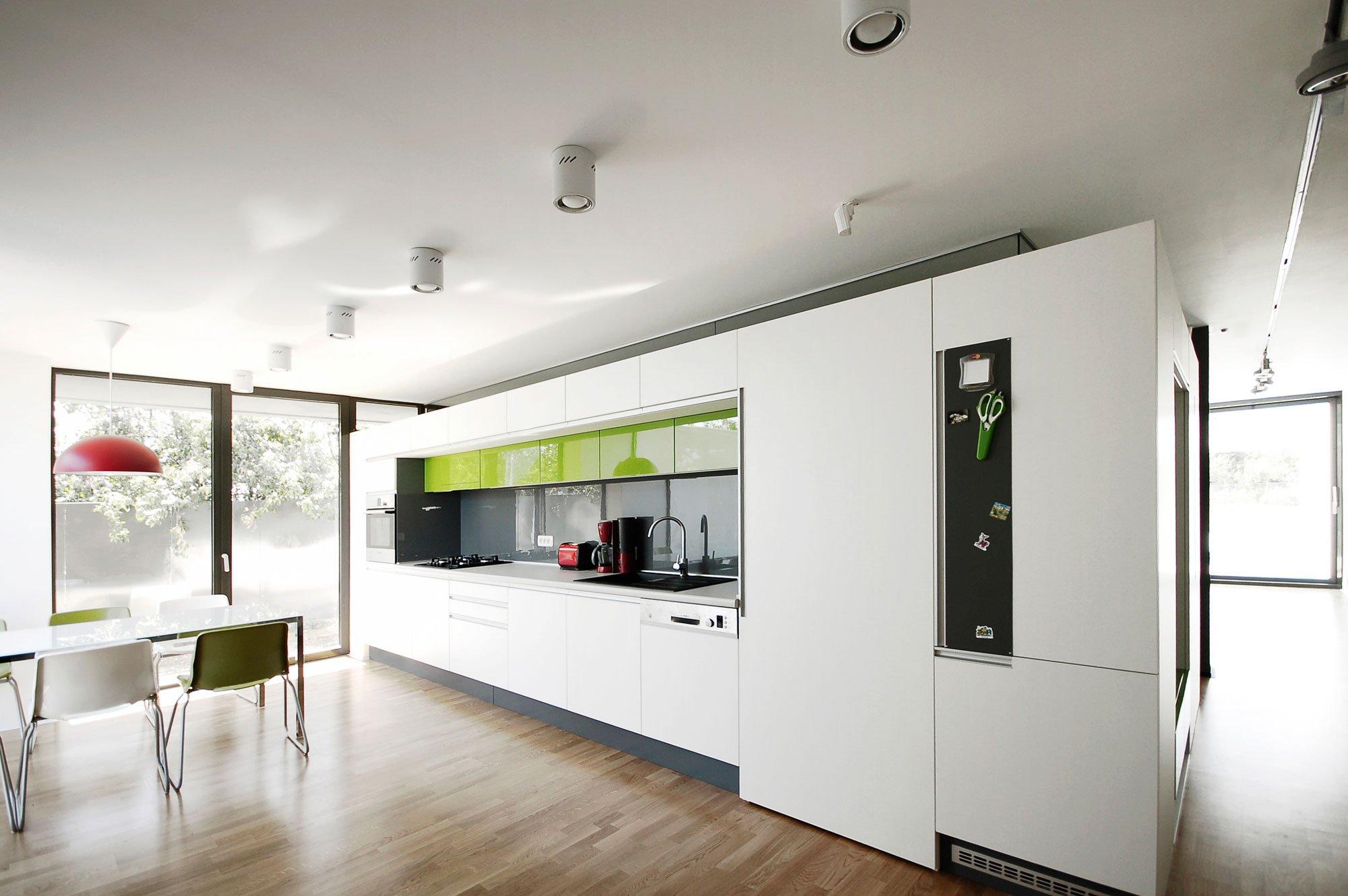 Dise o de casa moderna de dos plantas construye hogar for Cocinas en color blanco