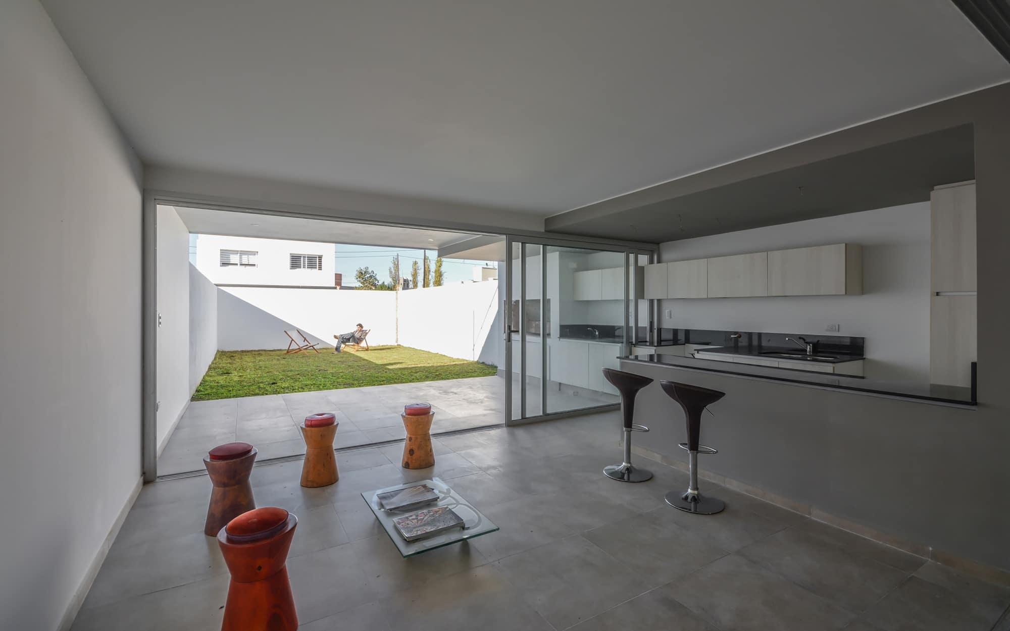 Dise o de cocina sencilla color gris construye hogar for Plano de cocina sencilla
