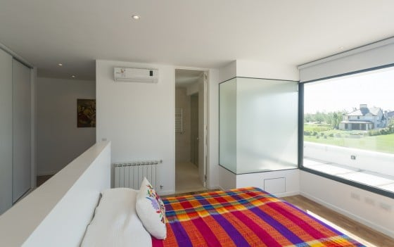 Diseño de dormitorio con cuarto de baño de vidrios pavonados