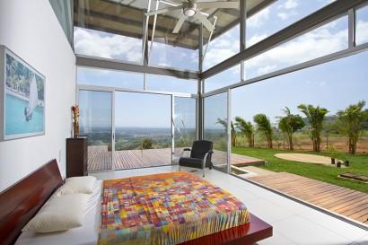 Diseño de dormitorio con vista al exterior