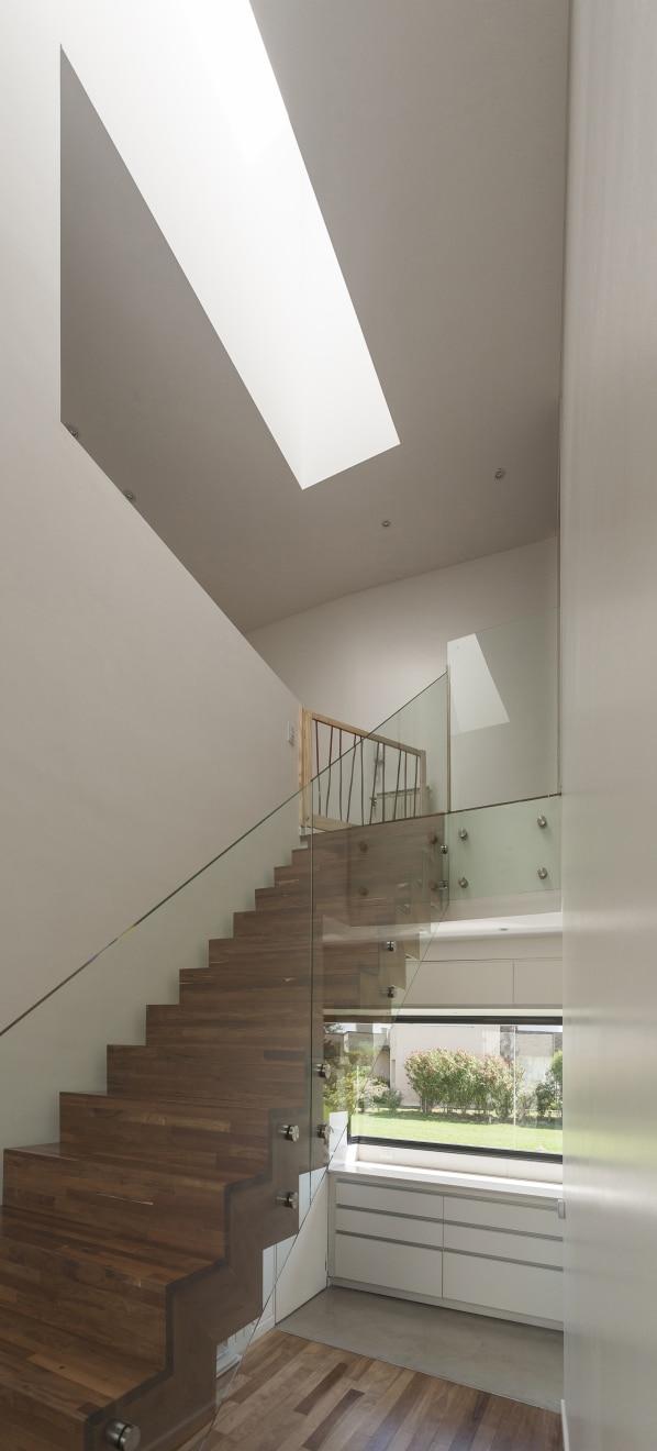 Dise o de escaleras de madera modernas con pasamanos de cristal construye hogar - Pasamanos de cristal ...