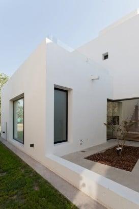 Diseño de fachada lateral de casa de dos pisos