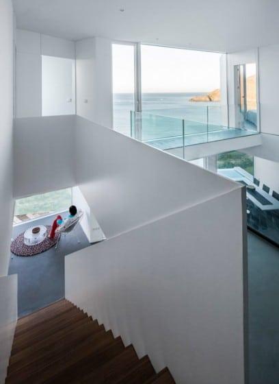 Diseño de interiores amplios y brillantes de casa de playa