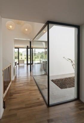 Diseño de pasadizo de casa de dos pisos moderna