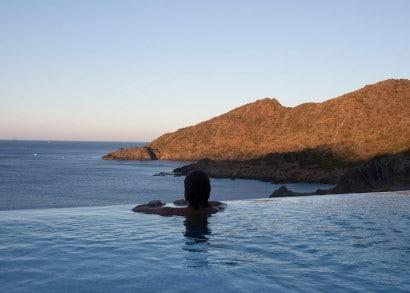 Diseño de piscina que se integra al mar