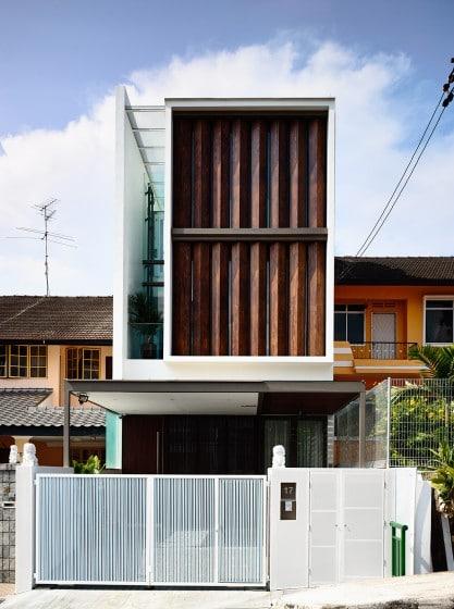 Fachada de casa moderna con persianas de madera que giran 001