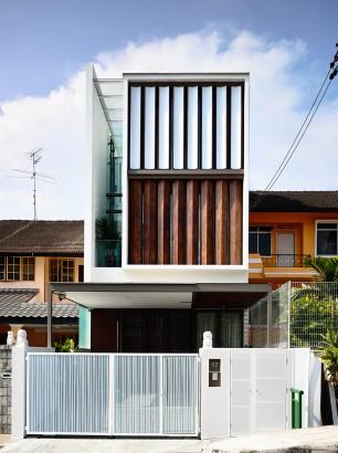 Fachada de casa moderna con persianas de madera que giran 002