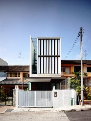 Fachada de casa moderna con persianas de madera que giran 003